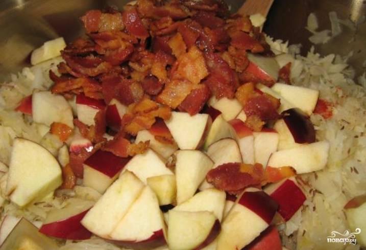 Соедините капусту с картофелем, порезанными яблоками и луком.
