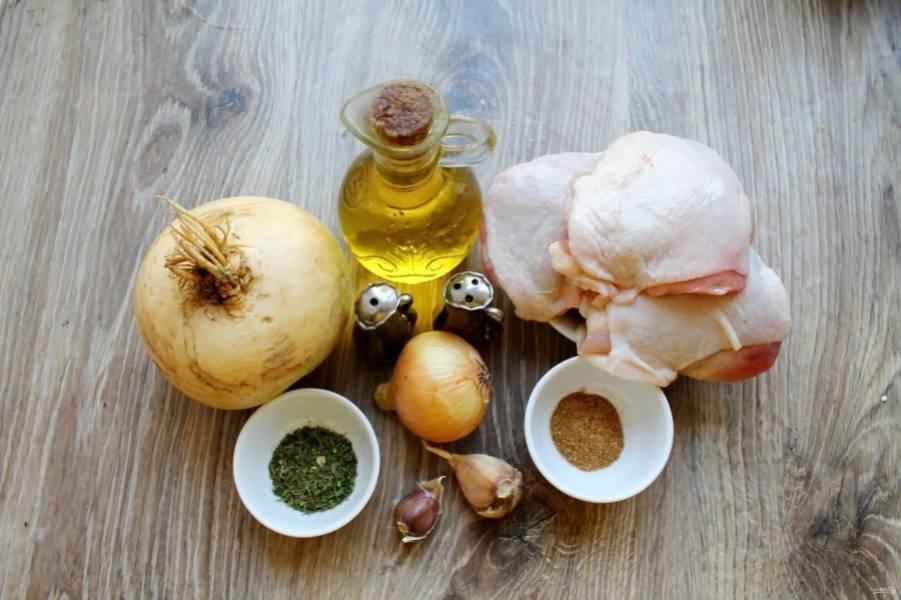 Подготовьте все необходимые ингредиенты для приготовления репы с курицей в духовке. Овощи вымойте и почистите от кожуры. Курицу сполосните и обсушите.