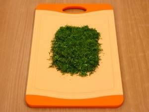 4. Измельчаем мелко зелень, рубим лук и морковь. Когда все овощи подготовлены, их можно начинать обжаривать.