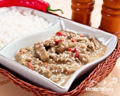6.После того, как блюдо будет готово, перекладываем его на тарелку и посыпаем кунжутом.