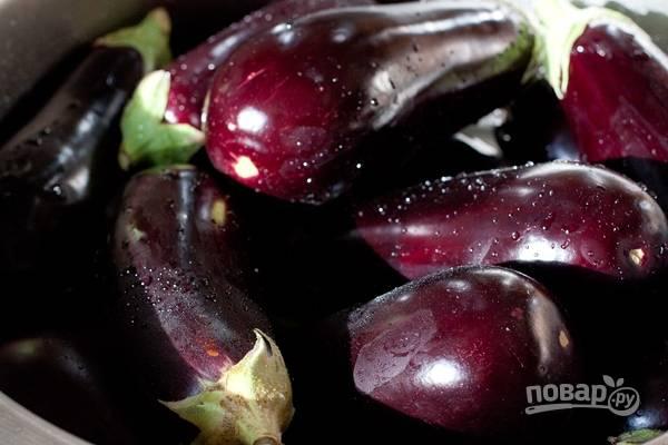 1.Баклажаны хорошенько мою, затем обрезаю плодоножку и нарезаю плоды крупными кусочками.