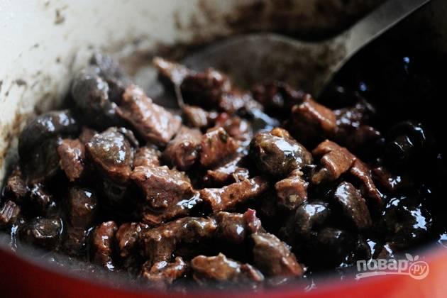 16. Когда говядина станет мягкой, жаркое готово. Снимите его с огня, накройте крышкой и дайте постоять еще минут 15-20 перед подачей.
