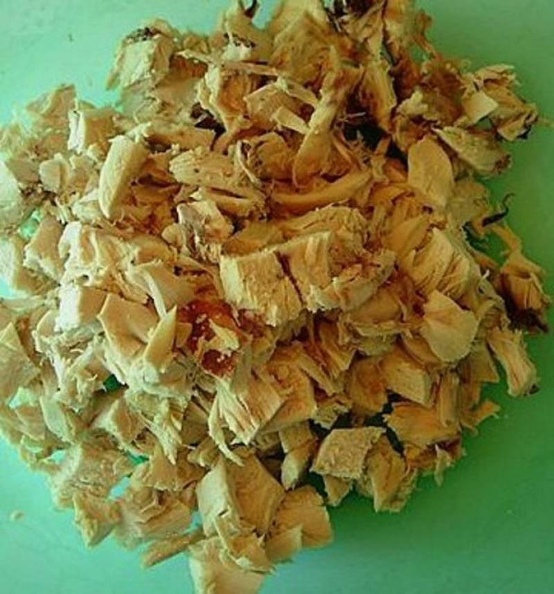 Жарим куриное филе на растительном или сливочном масле, режем его на кусочки.
