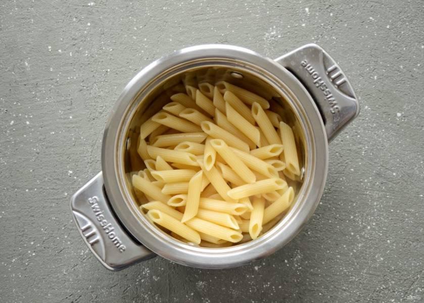 Когда кастрюля с водой закипит, отварите макароны 10-12 минут.