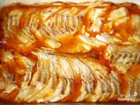 3.Готовую рыбу достать из духовки. Разломать ее слегка ножом или лопаткой, чтобы рыба впитала в себя аромат маринада. Остатки маринада положить на рыбу и отставить, чтобы рыба настоялась. Украсить свежей зеленью и подавать на стол.