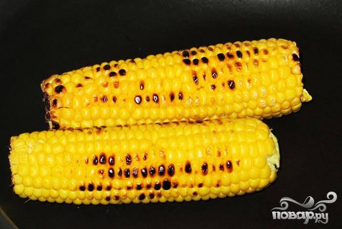 3. В сковороде на сильном огне обжарить кукурузу до светло-коричневого цвета. Выложить на разделочную доску.