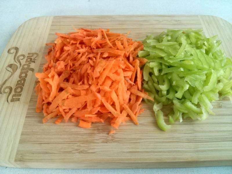 Для начинки морковь натрите на крупной терке, перец порежьте мелкой соломкой.