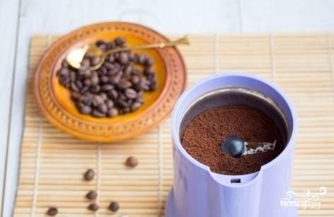 1. Возьмите кофе самого мелкого помола (либо измельчите кофейные зерна самостоятельно, при помощи кофемолки).
