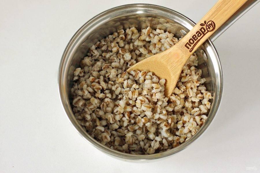 Затем залейте крупу чистой холодной водой. Немного посолите и отварите до готовности. На это уйдет примерно 40 минут.