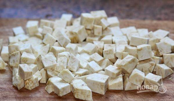В это время почистите и нарежьте кубиками (1,5х1,5 см) сельдерей.