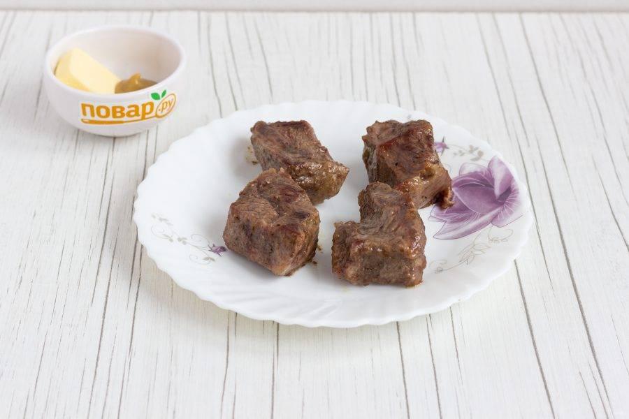 Обжарьте мясо в оливковом масле на сильном огне по 1-2 минуты с каждой стороны.