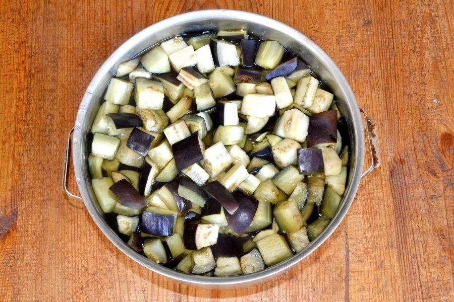 Наполните баночку баклажанами и залейте кипящим рассолом.