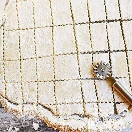 5. С помощью резака для теста разрезать тесто на длинные полоски, а затем разрезать полоски на квадраты размером около 5Х5 см. При нарезке посыпайте резак мукой, чтобы он не прилипал к тесту. Клецки получатся особенно красивыми, если вы возьмете резак с рифленым лезвием.