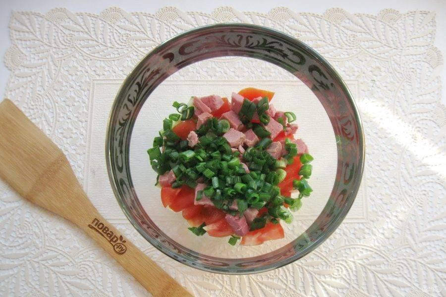 Зеленый лук помойте и мелко нарежьте. Выложите в салат.