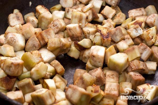 2.На сковороду вливаем небольшое количество растительного масла и обжариваем нарезанные баклажаны. Огонь должен быть достаточно сильный, и масло на сковороду не подливаем, даже если баклажаны его полностью впитают.