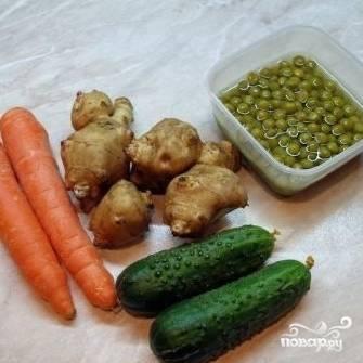 Ингредиенты для салата из топинамбура с морковью: собственно топинамбур и морковь, а также огурцы и консервированный горошек.