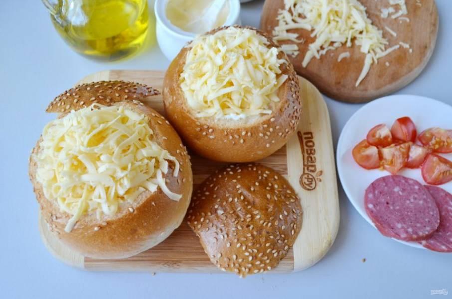 Сверху положите по хорошей щепотке сыра, отправьте булочки в горячую духовку на 5 минут.