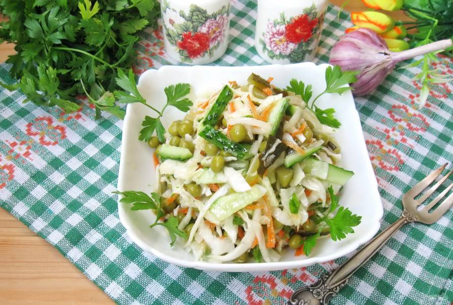 Салат с огурцами, капустой и морковью