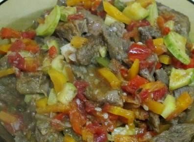 Добавьте овощи и специи, все хорошо перемешайте и тушите до готовности еще 20-25 минут.