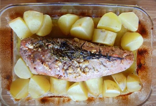 9. Свинина, запеченная с картошкой в домашних условиях должна провести в духовке около 1 часа. В зависимости от размера кусочка мяса может понадобится и до двух часов. Если свинина уже готова, а картофель еще не стал золотистым, тогда можно достать мясо и отправить картошку под гриль.