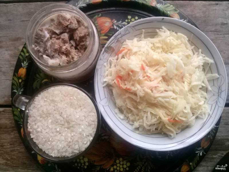 """Подготовьте ингредиенты: рис, домашнюю тушенку и квашеную капусту. Включите мультиварку в режиме """"Тушение"""" на 40 минут. Промойте в нескольких водах рис."""