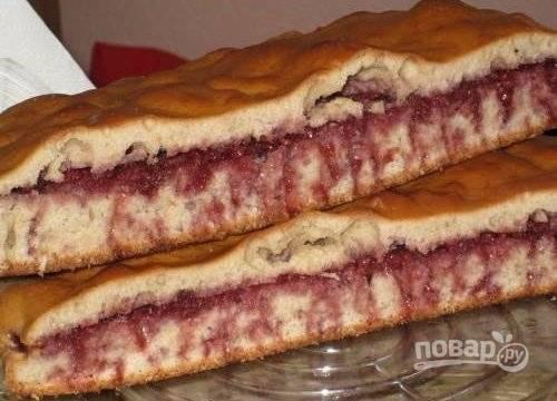 Когда бисквит немного остынет, разрежьте его длинным острым ножом поперёк и смажьте вареньем. Затем снова совместите части пирога. Когда он полностью остынет, а варенье впитается, выпечку можно подавать.
