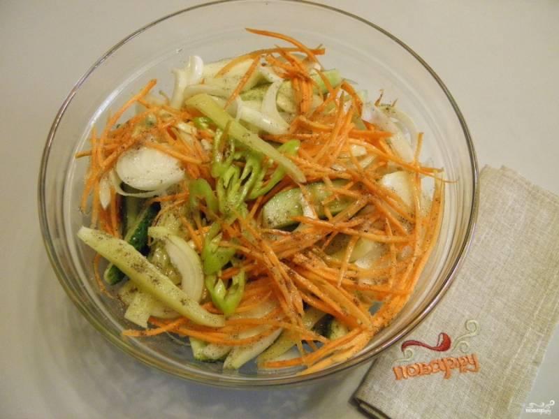Сложите все ингредиенты: огурцы, морковь,  оба вида перца, лук, чеснок, масло подсолнечное, уксус, соль, сахар, щепотку перца черного молотого для аромата. Перемешайте хорошо и накройте крышкой. Оставьте стекать соком на 2-3 часа минимум.