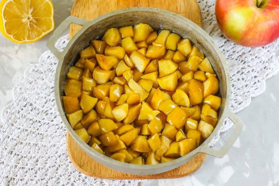 Как только яблоки подарят сиропу свой вкус и станут мягкими, заготовка готова! Простерилизуйте банки и крышки любым удобным образом.