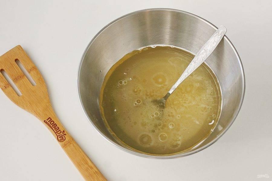 Соедините теплую воду, соль, сахар, мед и растительное масло.