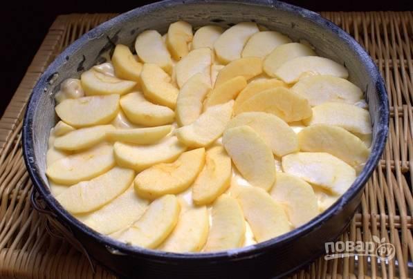 4. Теперь тесто выливаем в форму, украшаем яблоками и по желанию посыпаем сверху сахаром и корицей.