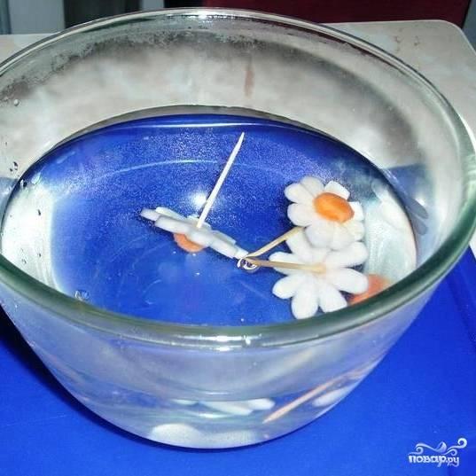 Получившуюся композицию ненадолго отправляем в холодную воду.