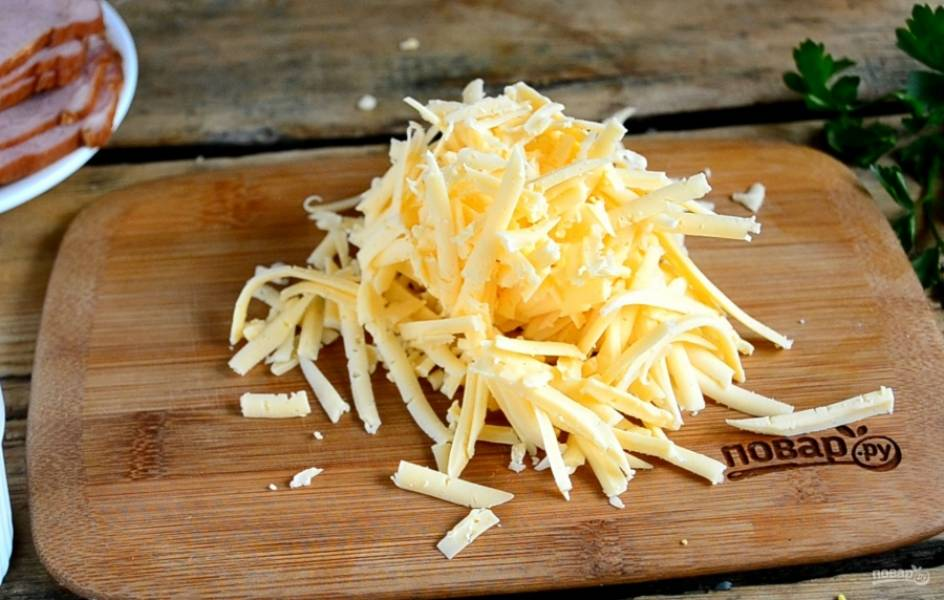 Сыр натрите на того же размера терке.