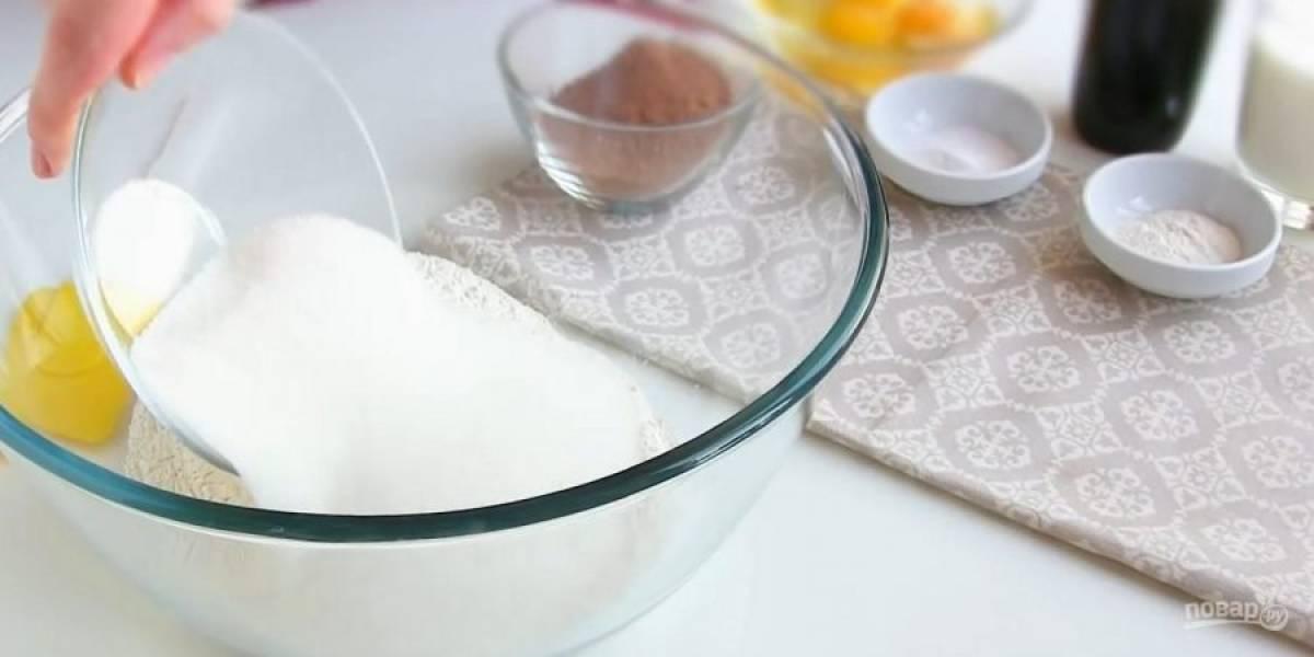 1. Просеянную муку смешайте с сахаром, какао, разрыхлителем и содой. Заварите крепкий кофе, дайте ему остыть. Добавьте к сухим ингредиентам яйца, кефир, кофе, растительное масло и перемешайте смесь миксером в течение минуты.