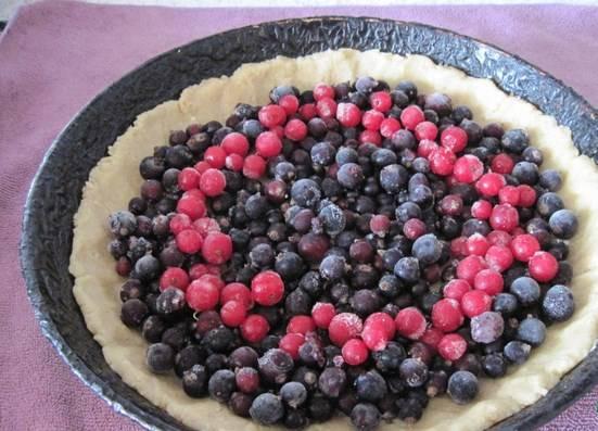 Ровным слоем выкладываем ягоду.