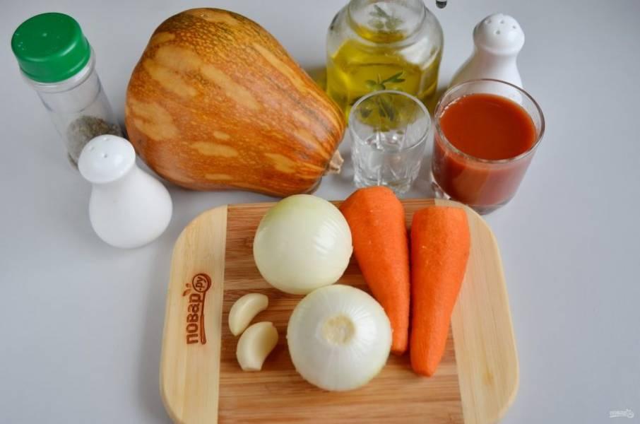 Подготовьте овощи: вымойте и очистите их, порежьте небольшими кусочками для мясорубки.