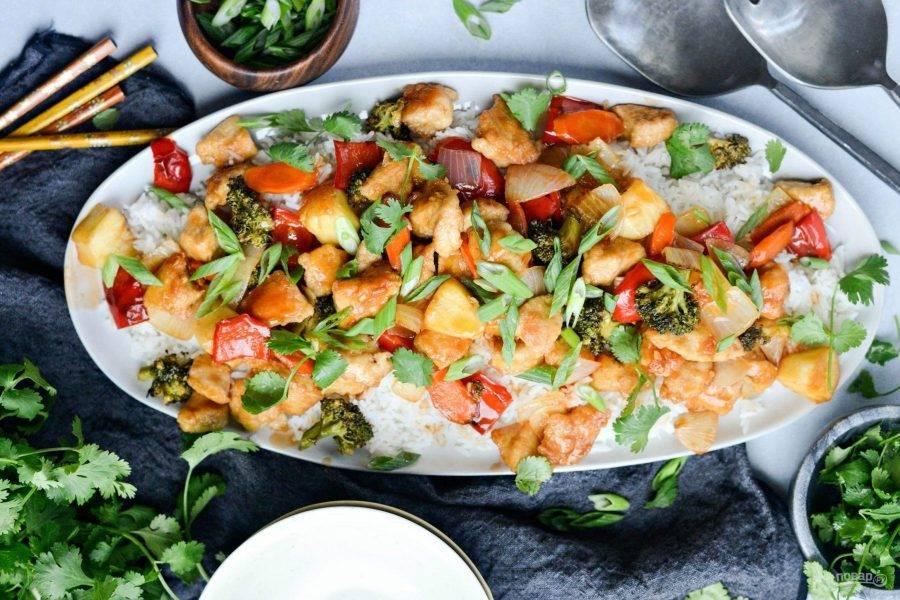 Подавайте стир-фрай с рисом и зеленью. Приятного аппетита!