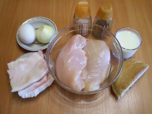 1. Приготовим продукты для паровых котлет. Мясо и сало вымыть, с сала обязательно срезать шкуру.