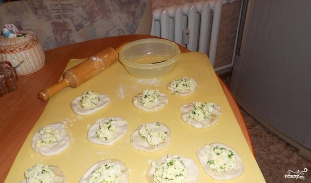 Яйцо варим, затем измельчаем. Смешиваем с мелко порезанным луком, солим. Начинку выкладываем на лепешки.