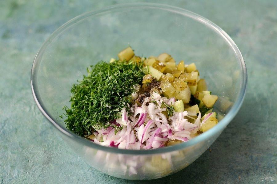 Соедините все ингредиенты в большой миске. Добавьте мелко порубленный укроп. Посолите и поперчите по вкусу, заправьте салат растительным маслом.