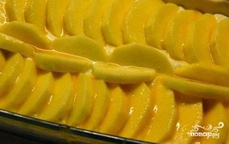 Смазываем яблоки жидким медом, ставим будущий пирог в разогретую до 180 градусов духовку минут на 30.