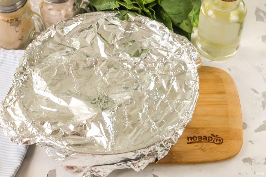 Влейте по стенке формы теплую воду. Разогрейте духовку до 200 градусов и накройте форму фольгой, поместите ее в духовку на 50-60 минут. Время запекания зависит от величины нарезки мяса.