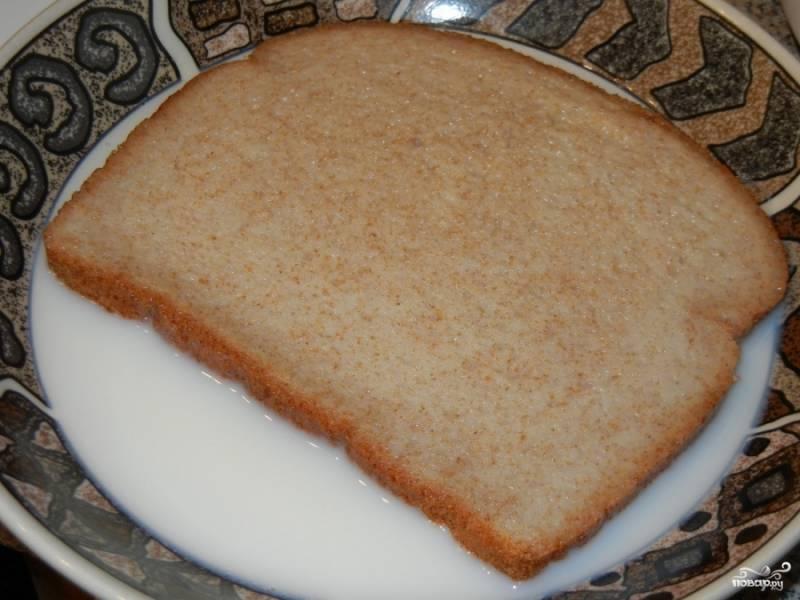 Замочите в молоке хлеб, отставьте в сторону.