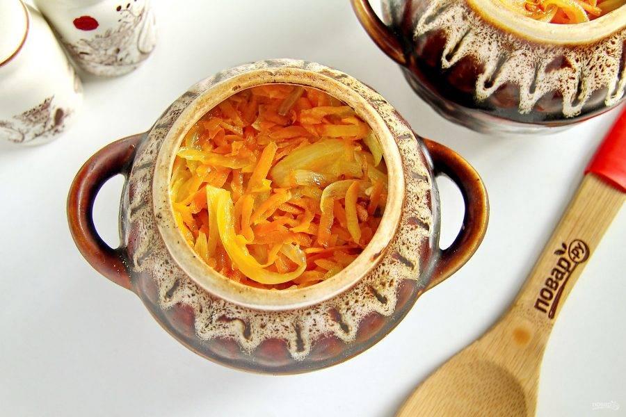 Сверху распределите обжаренные овощи и посыпьте слой щепоткой соли.