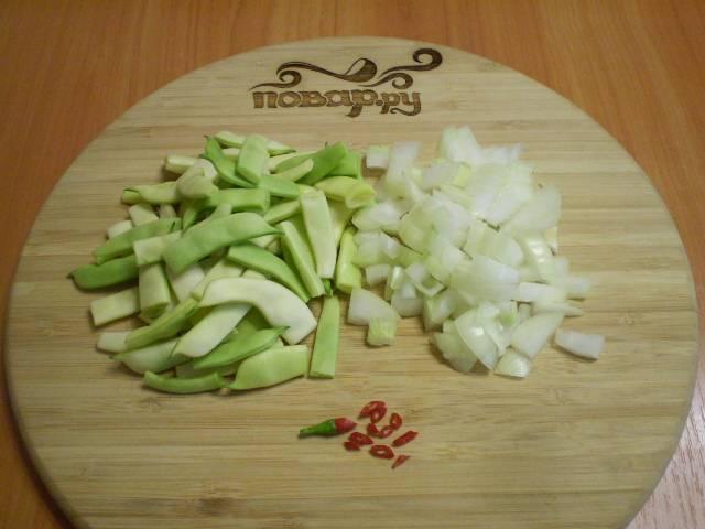 Режем фасоль, лук и перец.