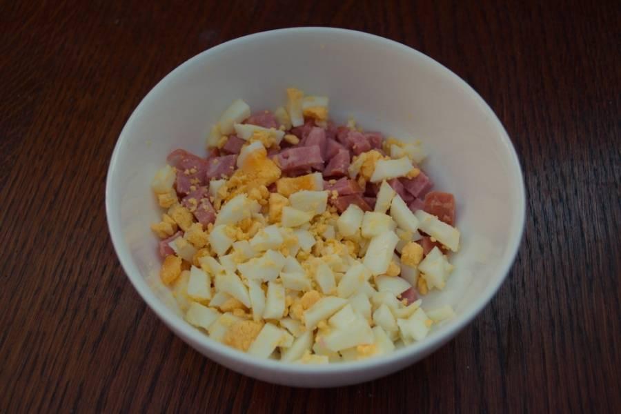 Куриное яйцо очистить и нарезать кубиком.