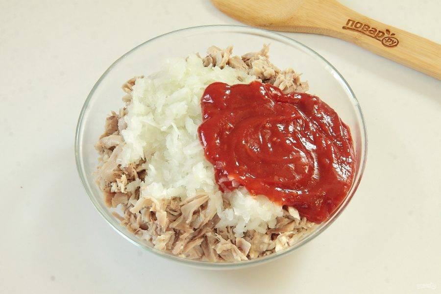 Добавьте измельченную луковицу, соль по вкусу и соус. Я использовала обычный острый кетчуп. Если любите поострее, добавьте красный жгучий перец.