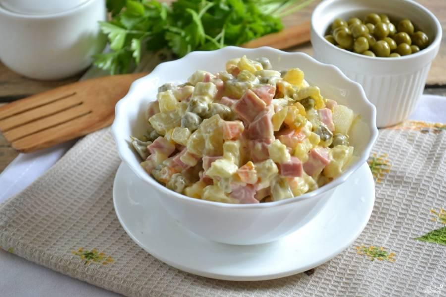 Подавайте салат, украсив вашей любимой зеленью. Приятного аппетита!