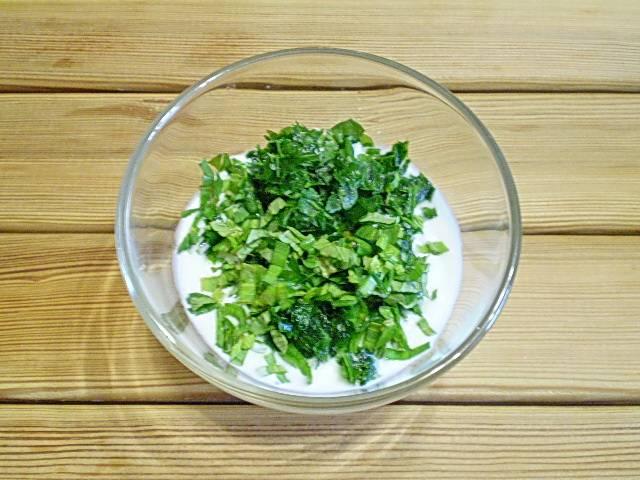 3. Кефир смешиваем с солью, перцем, рубленой зеленью.