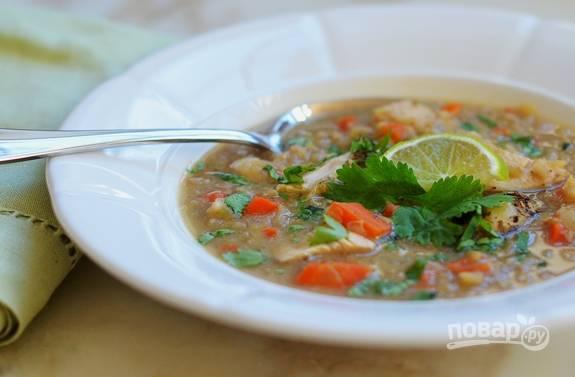 6. Через пару минут суп будет готов. Добавьте перец и нашинкованную кинзу. Приятного аппетита!