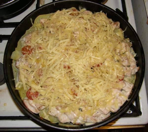 Запекаем около 30 минут. Проверяйте готовность при помощи вилки, ориентируйтесь на мягкость картошки. Как только запеканка будет почти готова, посыпьте её тертым сыром.